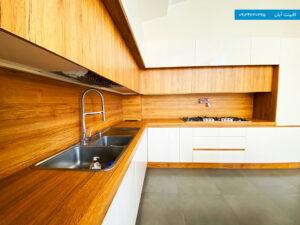 کابینت دو رنگ ، سفید و رنگ چوب طبیعی